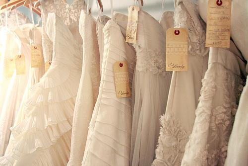 how much do wedding dresses cost
