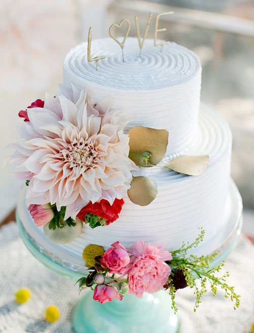 Photo by Amber Lynn Photography | Cake by Danielle's Desserts | Floral Design by Embellishments | Via Green Wedding Shoes