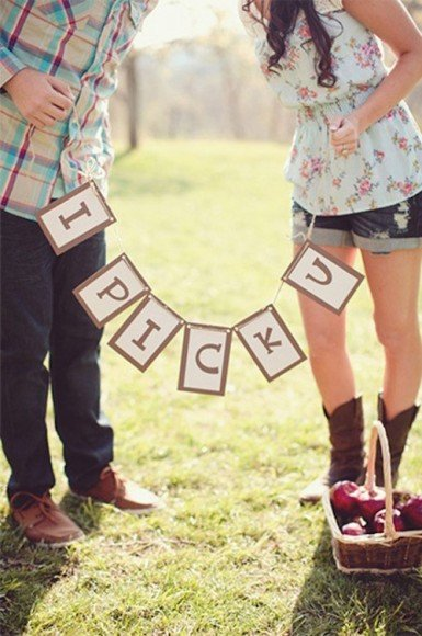 How cute is this apple picking engagement session for a fall wedding? Photo via Tumblr.