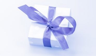 how much to spend wedding gift