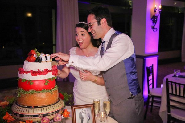 What Are You Supposed To Do During The Wedding Cake Cutting
